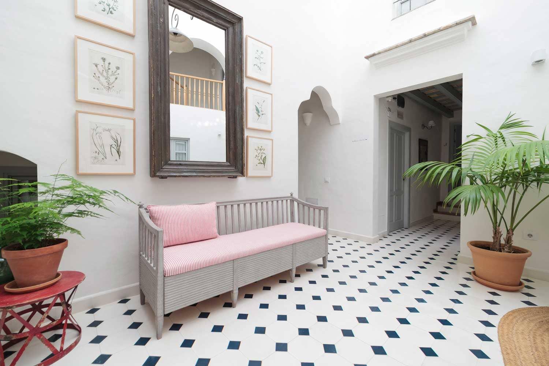 Sofa con cojines rosa en Casa Shelly | Hostal en Vejer de la frontera | Hostal en la costa de la luz