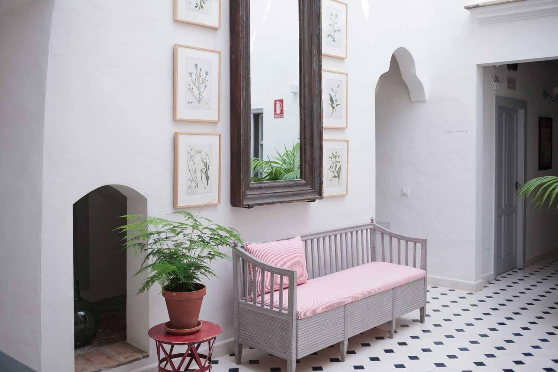 Patio con sofa (lobby) Hotel Vejer de la FronteraCasa shelly. Hostal localizado en el centro de Vejer de la Frontera